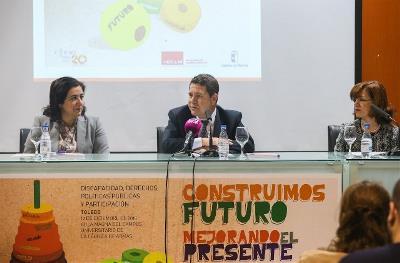 El presidente de Castilla-La Mancha, Emiliano García Page; la presidenta del CERMI CLM, Cristina Gómez, y la representante de la Universidad de Castilla-La Mancha, Fátima Guadamillas
