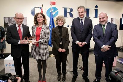 Foto de familia en la entrega del Premio cermi.es al Ministerio de Hacienda por la aprobación de la nueva Ley de Contratos del Sector Público