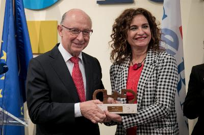La ministra de Hacienda, María Jesús Montero, junto al exministro Cristobal Montoro en la entrega del Premio cermi.es