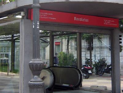 Acceso de la estación de Recoletos.