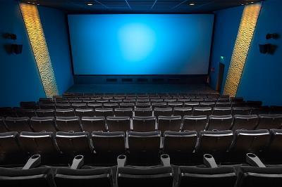 Butacas y pantalla de una sala cinematográfica.