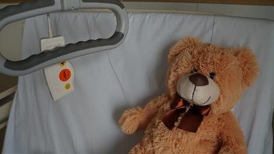 Muñeco de un mejor en cama de hospital