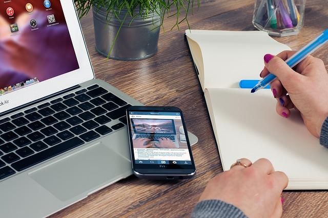 Trabajadoras frente a un ordenador