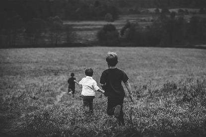 Niños corriendo por el campo