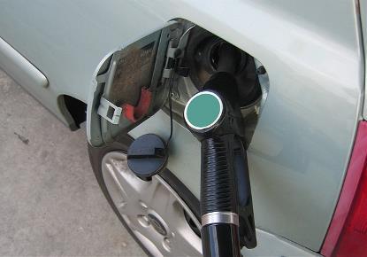 Un vehículo repostando en una gasolinera