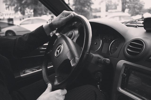 Manos en un volante de coche