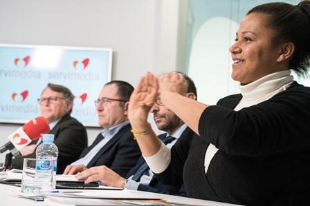 Susana Obiang, mediadora del servicio de videoasistencia y acompañamiento para personas mayores de CNSE, en la mesa CERMI La soledad, la exclusión más terrible