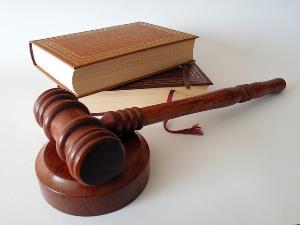 Mazo de juez junto a un libro