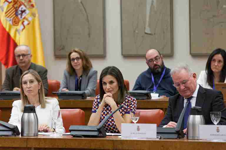 Nel González Zapico, presidente de la Confederación Salud Mental España en el Congreso al lado de la Reina Leticia