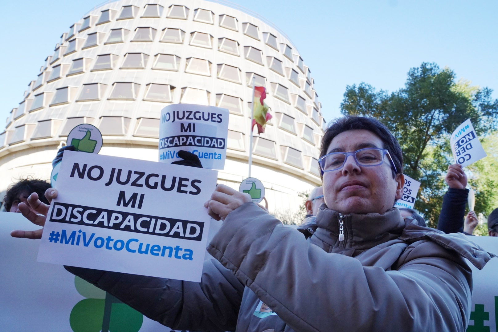 Una persona muestra un cartel que dice: no juzgues mi discapacidad, mi voto cuenta