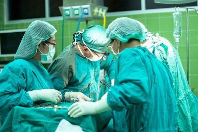Grupo de sanitarios operando