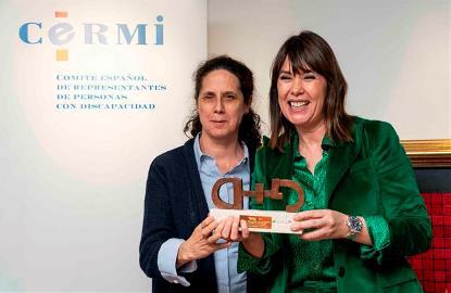 Mabel Lozano, directora, guionista y productora, recibe el premio cermi.es de manos de Ana Peláez, Ana Peláez, vicepresidenta ejecutiva de la Fundación CERMI Mujeres