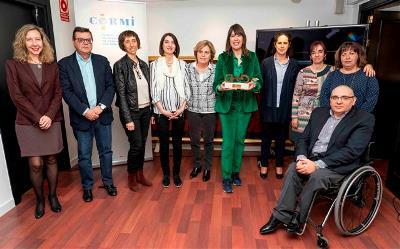 Foto de familia con Mabel Lozano tras la ceremonia de entrega del Premio cermi.es en 2018 en la categoría Fundación CERMI Mujeres - Acción en beneficio de las Mujeres con Discapacidad