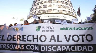 Imagen de la concentración en protesta ante el Tribunal Constitucional por el derecho al voto