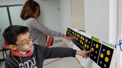 Un niño con discapacidad visual interactuando con la tecnología accesible de la ONCE
