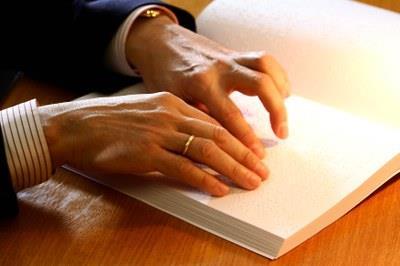 Una persona lee un libro en braille