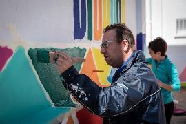Persona con discapacidad pintando en el silo de Okuda y su equipo