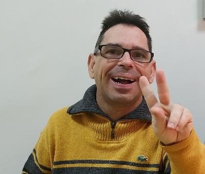 Víctor sonríe y hace el signo de la victoria, ha recuperado su derecho a voto