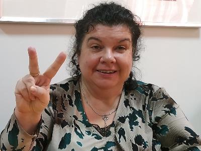 Olga sonríe y hace el signo de la victoria, ha recuperado su derecho a voto
