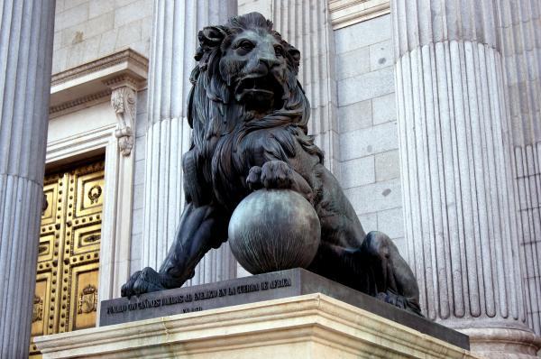 León en la puerta del Congreso.