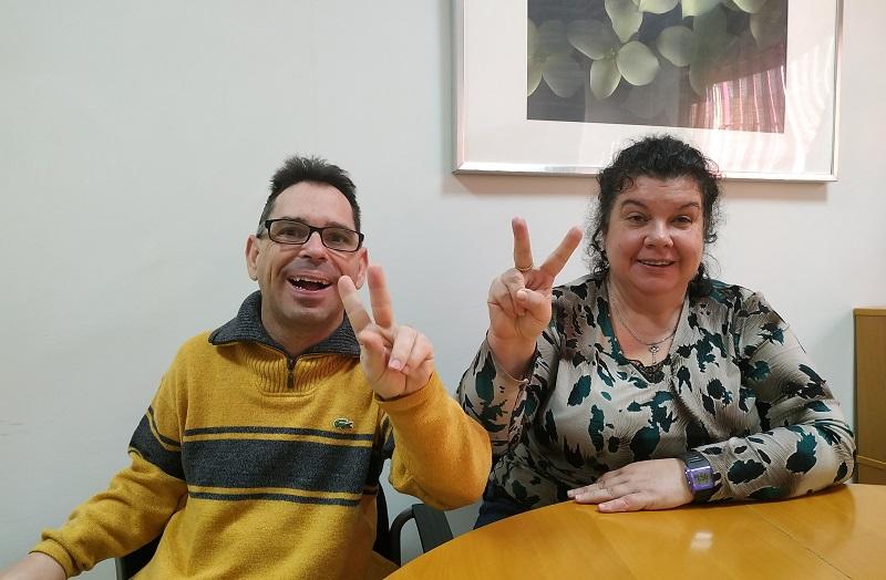 Víctor y Olga votan por primera vez tras la reforma de la Loreg, hacen el signo de la victoria