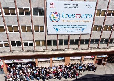 Acto del CERMI y la Fundación CERMI Mujeres, con el equipo humano de Fundación ONCE, desplegando una pancarta gigante con motivo del 3 de mayo en la sede de Fundación ONCE