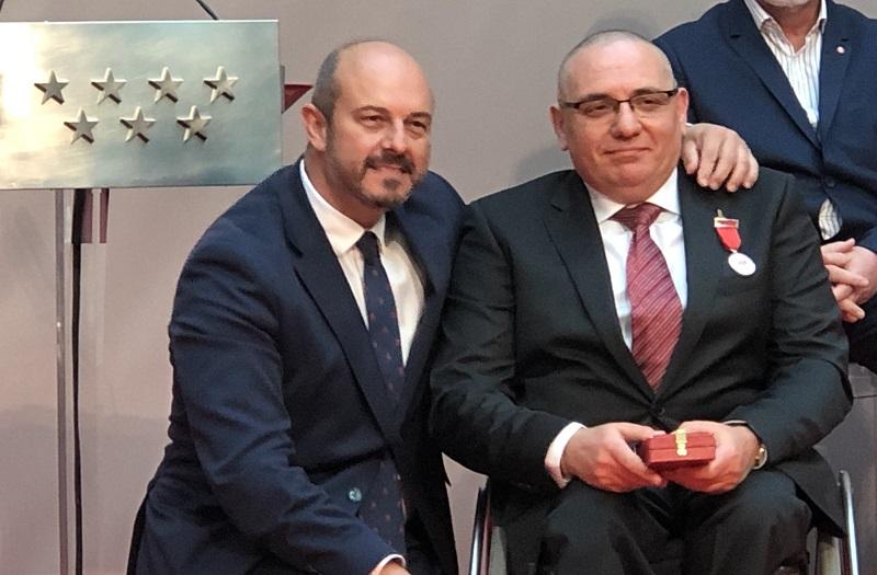 El presidente de CERMI Comunidad de Madrid, Óscar Moral, junto al presidente en funciones de la Comunidad de Madrid, Pedro Rollán, con la Medalla de Plata de la Comunidad de Madrid concedida al comité