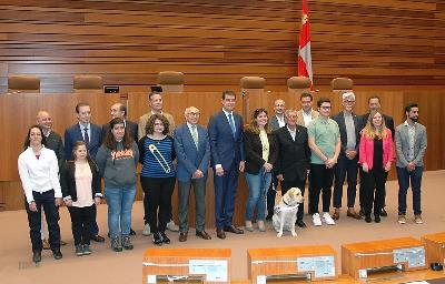 El presidente de las Cortes de Castilla y León, Ángel Ibáñez, junto a representantes de CERMI Castilla y León en el acto conmemorativo del Día Nacional de la Convención Internacional sobre los Derecho