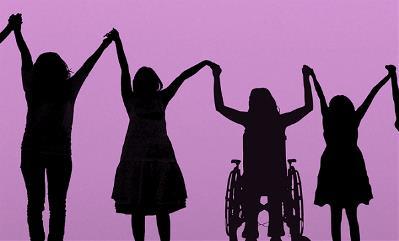 Mujeres y niñas con discapacidad dadas de la mano en señal de unión