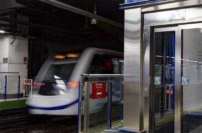 Imagen de un vagón de metro pasando por una estación con ascensor