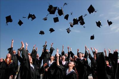 Estudiantes celebran su graduación universitaria.