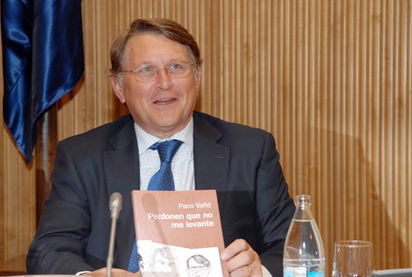 """Francisco Vañó, diputado de PP, con su libro """"Perdonen que no me levante"""""""
