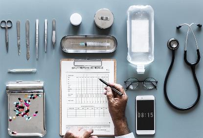 Un médico realizando un informe