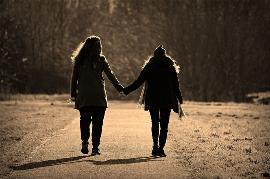Dos mujeres por el campo de la mano
