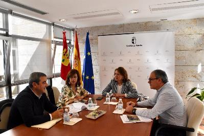 La consejera de Bienestar Social, Aurelia Sánchez, y el director general de Mayores y Personas con Discapacidad, Javier Pérez, reunidos con CERMI CASTILLA LA MANCHA