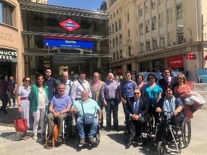 Foto de familia de la delegación de CERMI Madrid y CERMI Estatal en el ascensor de la estación de metro de Sevilla, en Madrid