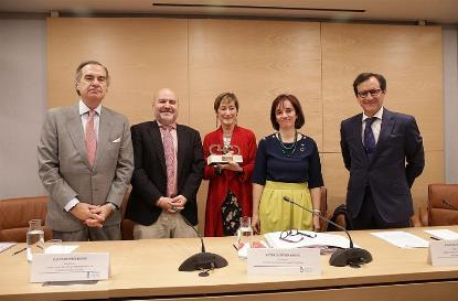 Foto de familia tras la entrega del Premio cermi.es al Consejo de la Abogacía Española