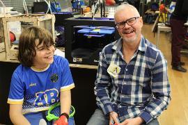 Antonio Maeso con un niño usuario de SuperGif.