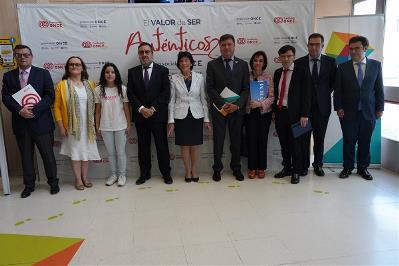 """Foto de familia durante la presentación de la guía """"Acoso y ciberacoso escolar en el alumnado con discapacidad"""""""