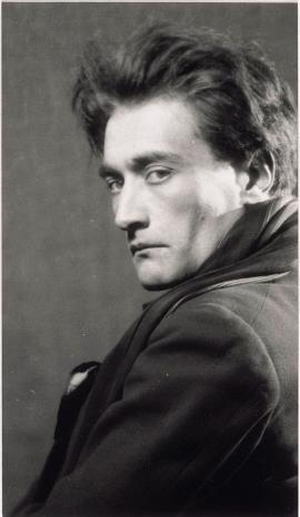 Antonin Artaud, poeta, dramaturgo, novelista, ensayista y actor, en una imagen de Man Ray
