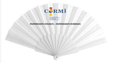 Abanico con el logotipo del CERMI con colores del arco iris y con el lema 'Diversidades sexuales - diversidades humanas'