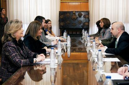 Fátima Báñez, ministra de Empleo en una reunión con el CERMI
