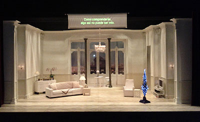 Obra de teatro con una pantalla de subtítulos