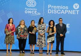 S.M. la Reina Letizia con las personas galardonadas con el Premio Discapnet 2019