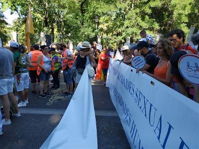 Participación del CERMI y FCM esperando para comenzar a desfilar