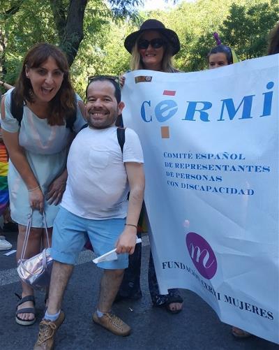 Jesús Martín e Isabel Caballero posando delante de la pancarta del CERMI y FCM