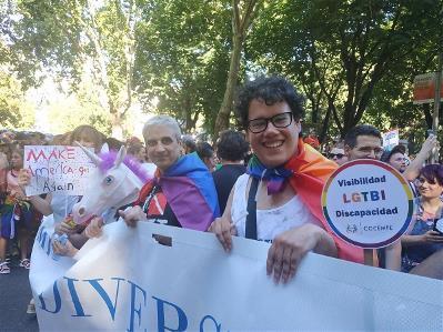 Miguel Aulló tras la pancarta