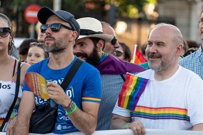 Luis Cayo Pérez y Daniel-Aníbal tras la segunda pancarta de cabecera, de la sociedad civil, en el Orgullo 2019