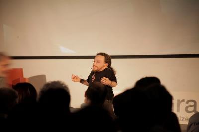Joan Pahisa ofreciendo una charla