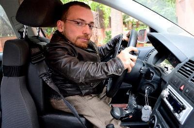 Joan Pahisa al volante en su coche adaptado